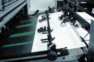 подающий стол с вакуумными тесьмами